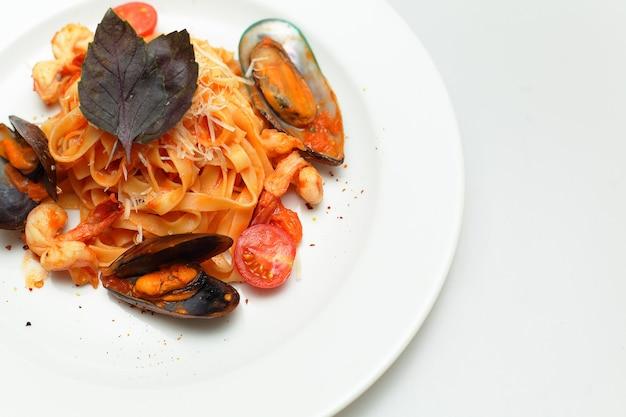 Zeevruchtenpasta - tagliatelle-marinara, italiaanse keuken