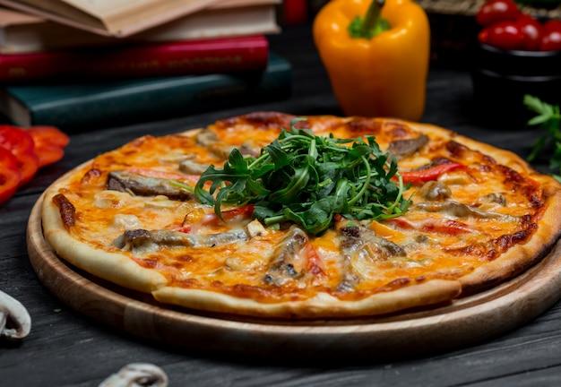 Zeevruchtenpizza met tomatensaus en fijngesmolten cheddarkaas bovenop