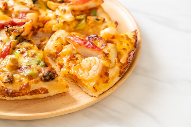 Zeevruchtenpizza op houten dienblad