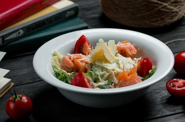 Zeevruchtensalade met krabben, kersen en groen qith-kaas bovenop