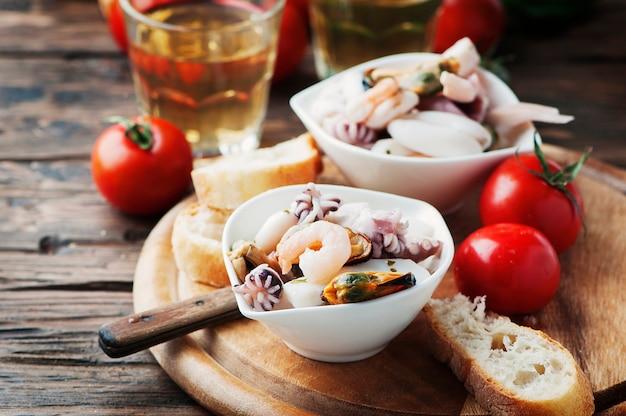 Zeevruchtensalade met witte wijn