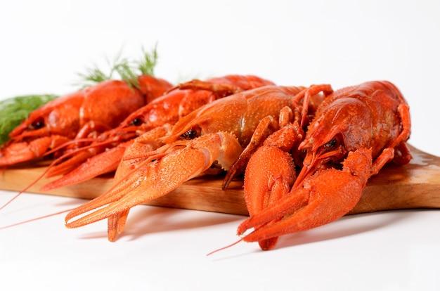 Zeevruchtenschotel met rode gekookte rivierkreeften