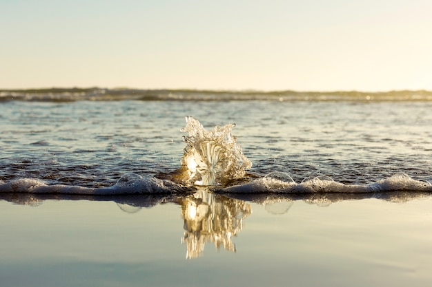 Zeewater dat op glasgebied op het strand breekt