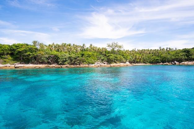 Zeewater duidelijk en bergachtergrond. aard en reisconcept.