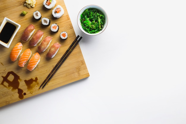 Zeewiersalade en sushi rollen