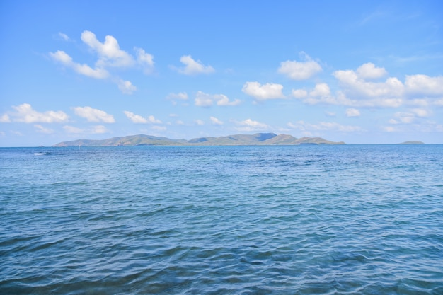 Zeezicht blauwe hemelachtergrond