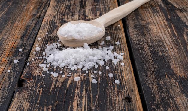 Zeezout in een houten lepel en in de buurt