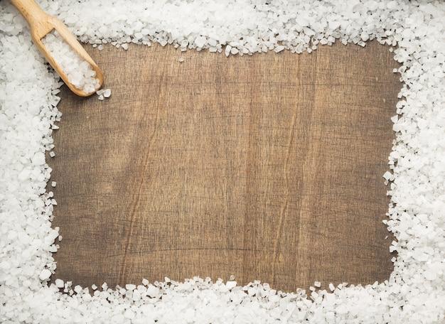 Zeezoutkruid op houten tafelachtergrond, bovenaanzicht