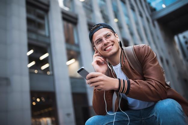 Zeg hallo gelukkige man die iemand ontmoet gelukkige man die naar muziek luistert met een koptelefoon
