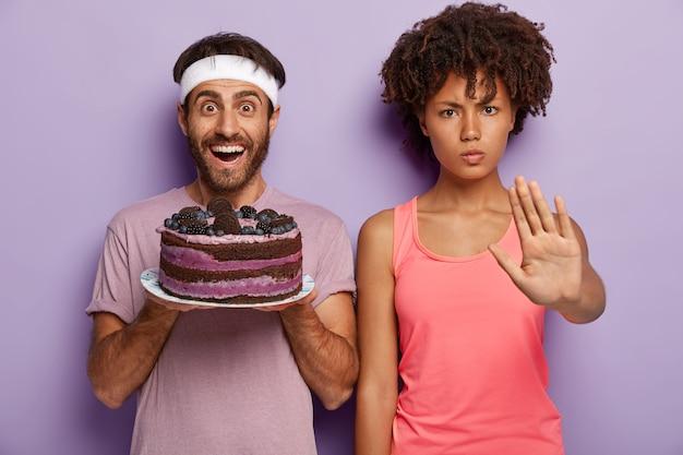 Zeg nee tegen schadelijk eten! ernstige donkere vrouw toont stopgebaar