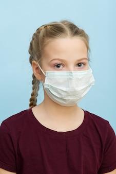 Zeg stop voor coronavirus. meisje met medisch masker