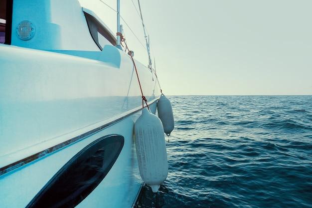 Zeilboot boeg met gespannen zeil