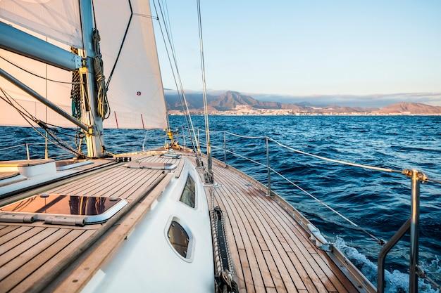 Zeilboot en kustlijn aan de horizon