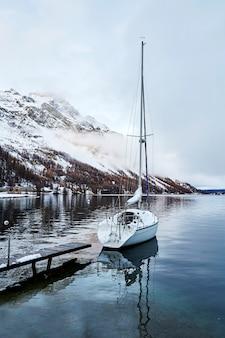 Zeilboot geparkeerd op het meer sils