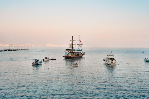 Zeilboot in de medeteranian zee