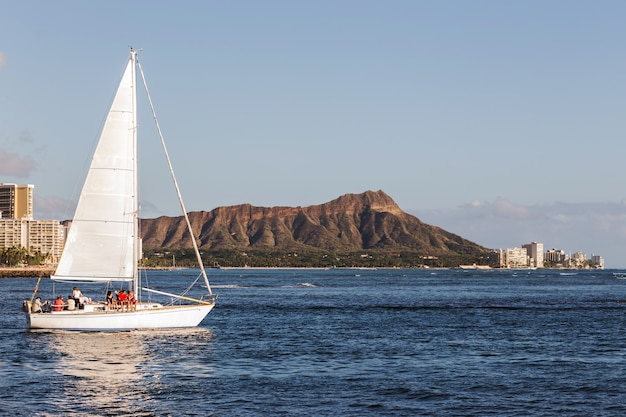 Zeilboot met diamond head mountain achtergrond, oahu honolulu hawaii