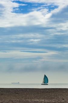 Zeilboot op het strand