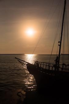 Zeilboot op open zee bij zonsondergang