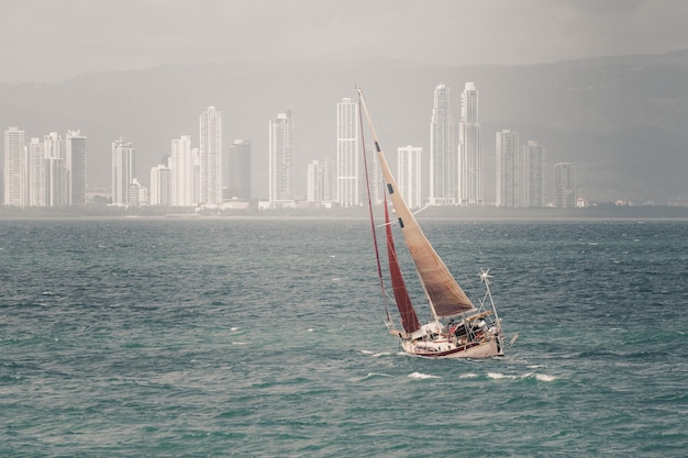 Zeilboot op zee jacht in de baai van panama racing
