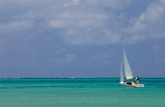 Zeilboot op zee van joao pessoa, paraiba, brazilië.