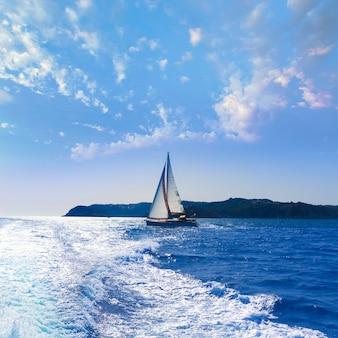 Zeilboot van javea die in mediterraan alicante spanje vaart