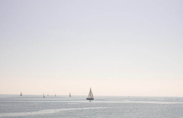 Zeilboot zeilen in de zee op een heldere dag