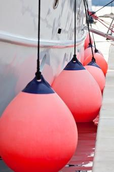 Zeilboot zijstootkussens closeup. verticale opname