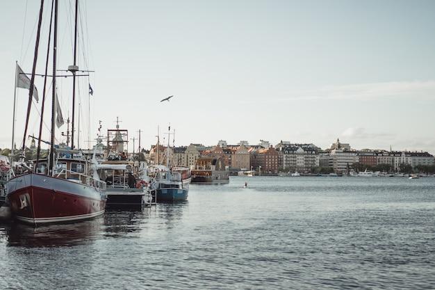 Zeilboten en jachten op de pier in stockholm voor het stadscentrum