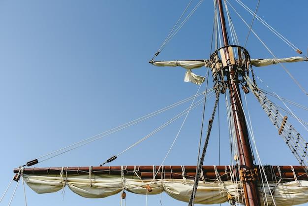 Zeilen en touwen van de hoofdmast van een caravel-schip, schepen van santa maría columbus