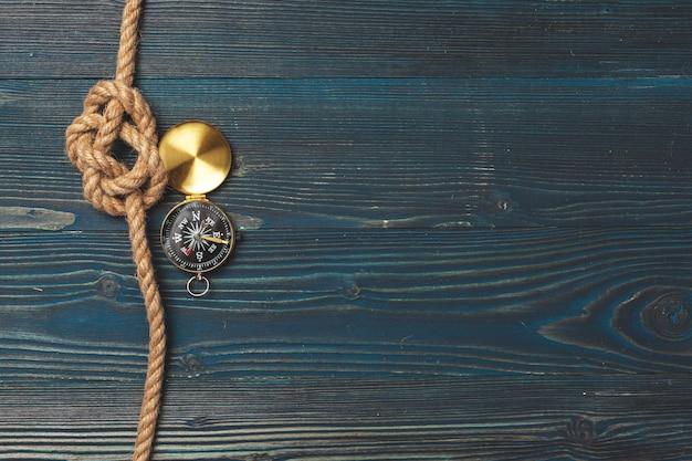 Zeilen touw met een kompas achtergrond