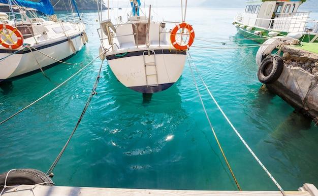 Zeiljacht in de buurt van zee-pier in de baai