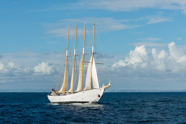 Zeilschip met vier witte zeilen