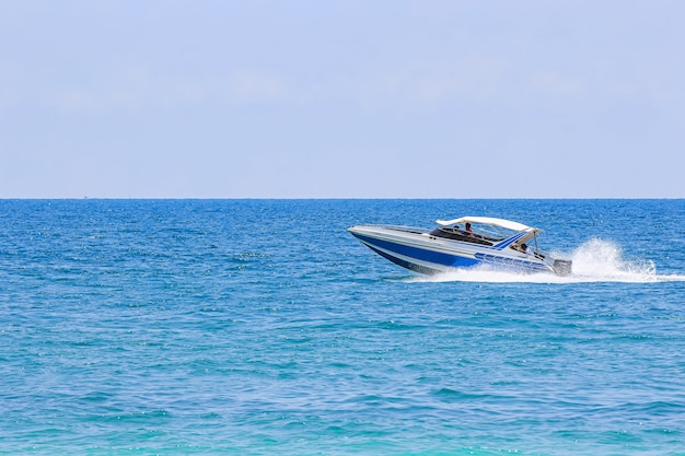 Zeilschip, speedboot, jacht op de zee