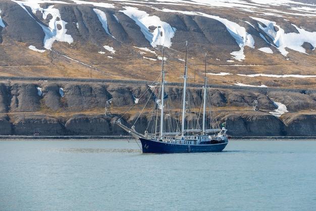 Zeilschip voor anker op longyearbyen, svalbard. passagiers cruiseschip. arctische en antarctische cruise.