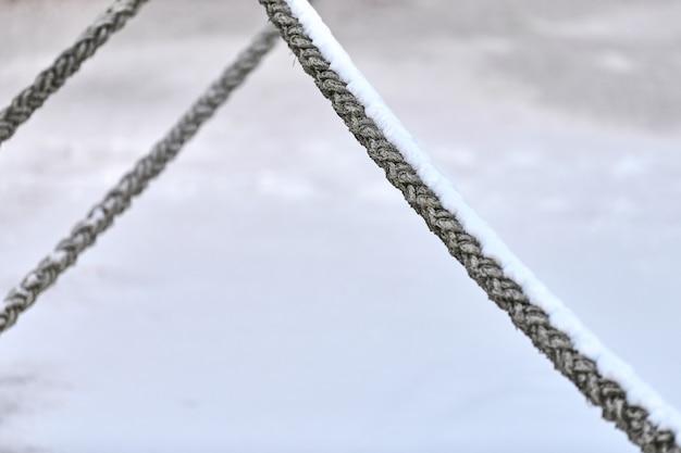 Zeiltouwen hangend aan vissersschip of jacht, close-up. gedetailleerd fragment van touw.