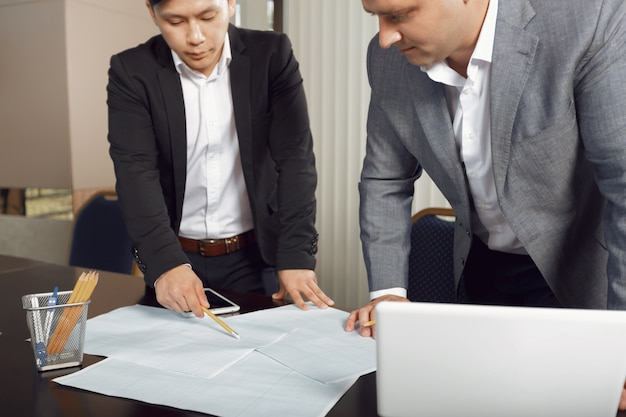 Zeker team van ingenieurs die samenwerken in een architectenstudio.