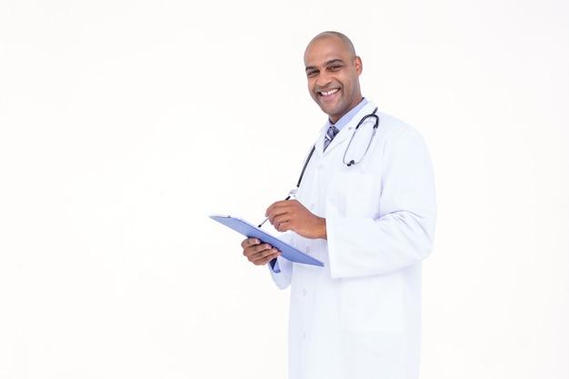 Zekere arts in witte uniformjas het schrijven nota's