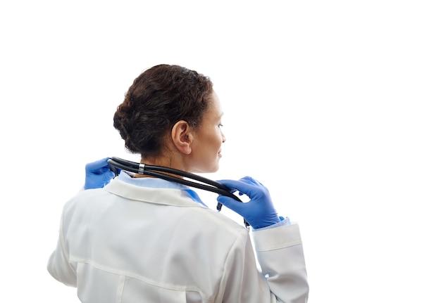 Zekere arts met een stethoscoop op zijn nek geïsoleerd op een witte achtergrond. gezondheidszorg en medisch concept. kopieer ruimte