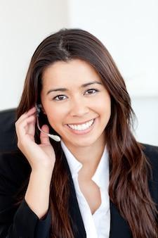Zekere aziatische onderneemster die hoofdtelefoons draagt
