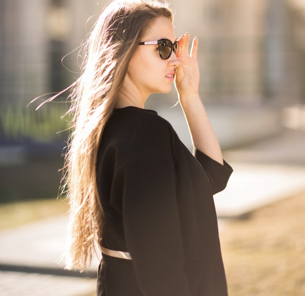 Zekere bedrijfsvrouw die zonnebril draagt
