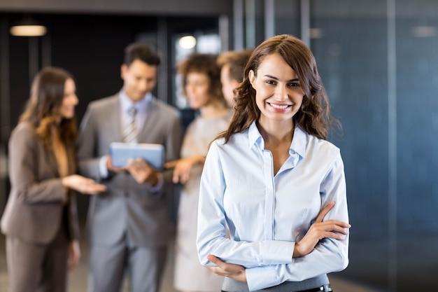 Zekere bedrijfsvrouw in bureau met haar teamblack