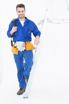 Zekere bouwvakker die zich door ladder bevindt
