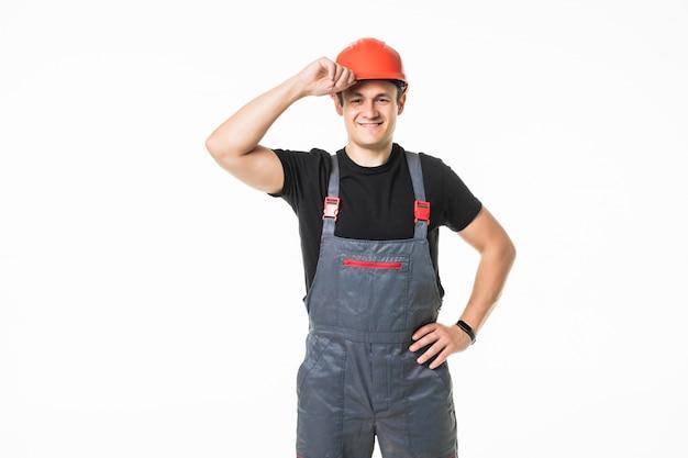 Zekere en glimlachende handarbeider met helm het stellen