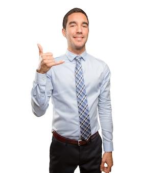 Zekere jonge zakenman die een oproep gebaar doet