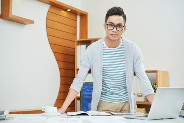 Zekere jonge zakenman in bureau