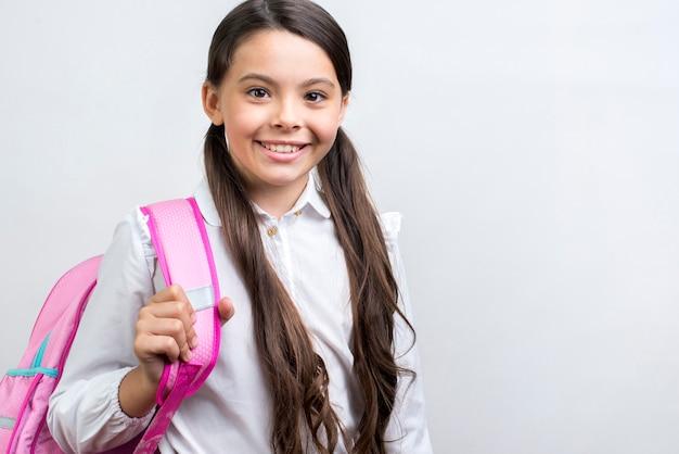 Zekere spaanse schoolmeisje dragende rugzak