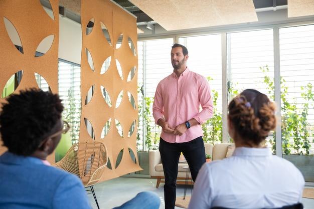 Zekere teamleider die met collega's spreekt
