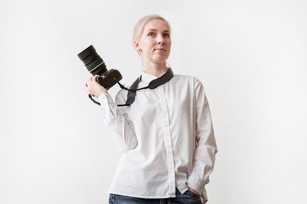Zekere vrouw die een camerafoto houdt
