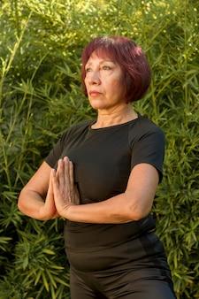 Zekere vrouw die haar palmen samen houdt