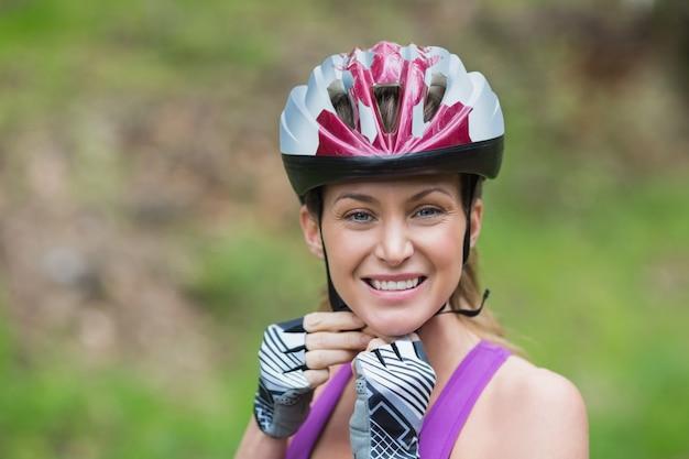 Zekere vrouw die helm draagt